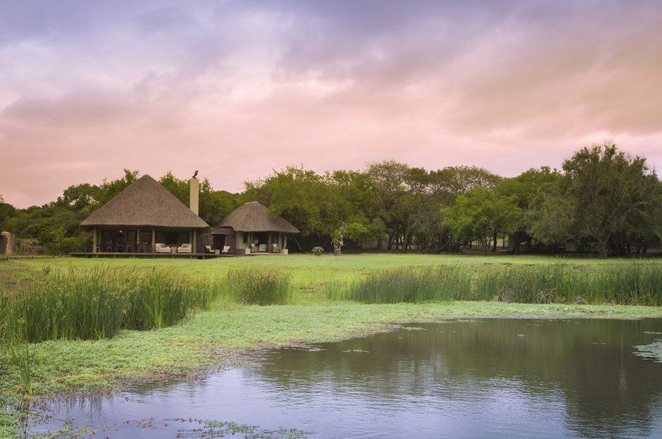 &Beyond Phinda Zuka Lodge fait face à un point d'eau