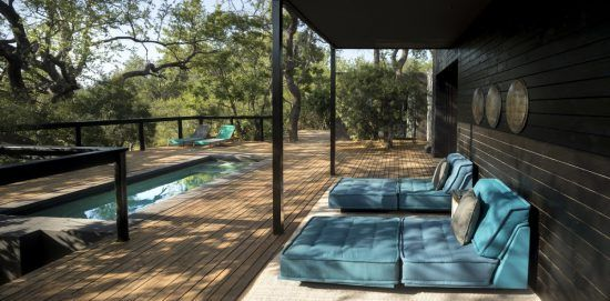Pool und Sonnendeck der Silvan Suite Blue Guarri