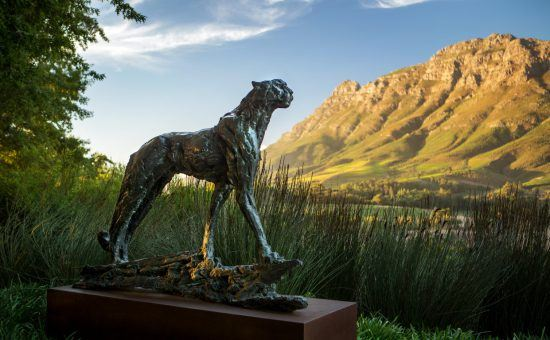 Eine Geparden-Skulptur von Künstler Dylan Lewis auf dem Grundstück von Delaire Graff