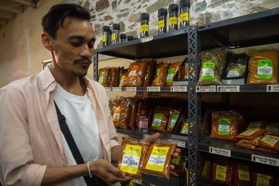 Foodietour mit Explore Sideways: Guide Zaki zeigt Gewürze im Bo-Kaap