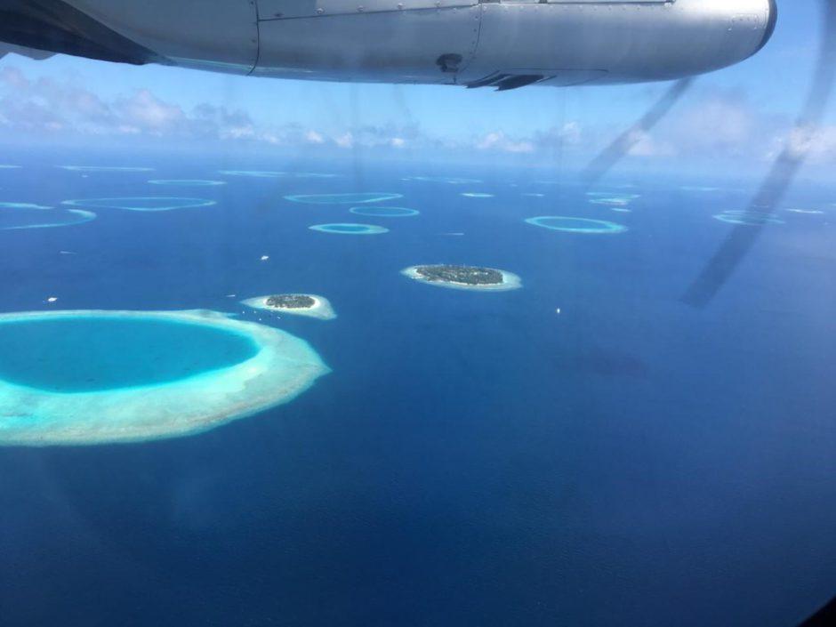 Vue du ciel pendant le vol domestique de Malé à Dharavandhoo