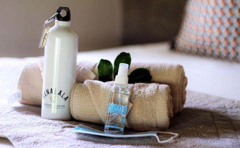 Bienvenido a su habitación: botella de de agua, desinfectante de manos y mascarilla de cortesía - Senalala Safari Lodge