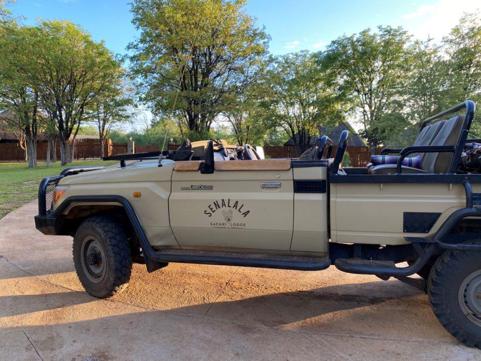 Ein Pirschfahrzeug der Senalala Safari Lodge