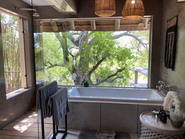 En-suite-Badezimmer in der Thornybush Game Lodge