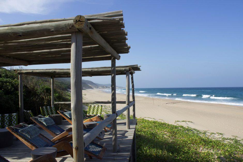 Sonnendeck der Thonga Beach Lodge mit Blick auf den Strand und das Meer