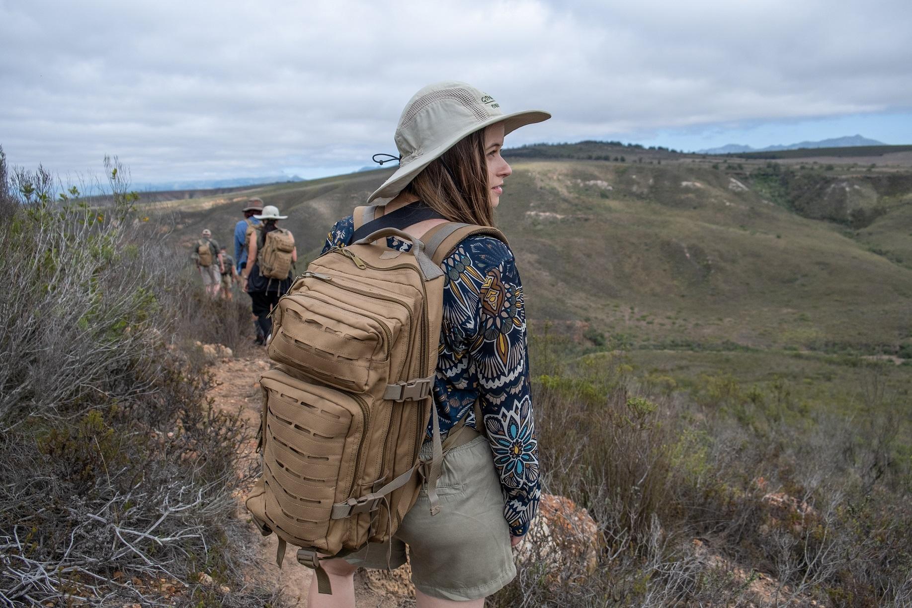 Mujer en un safari a pie en la reserva de caza de Gondwana