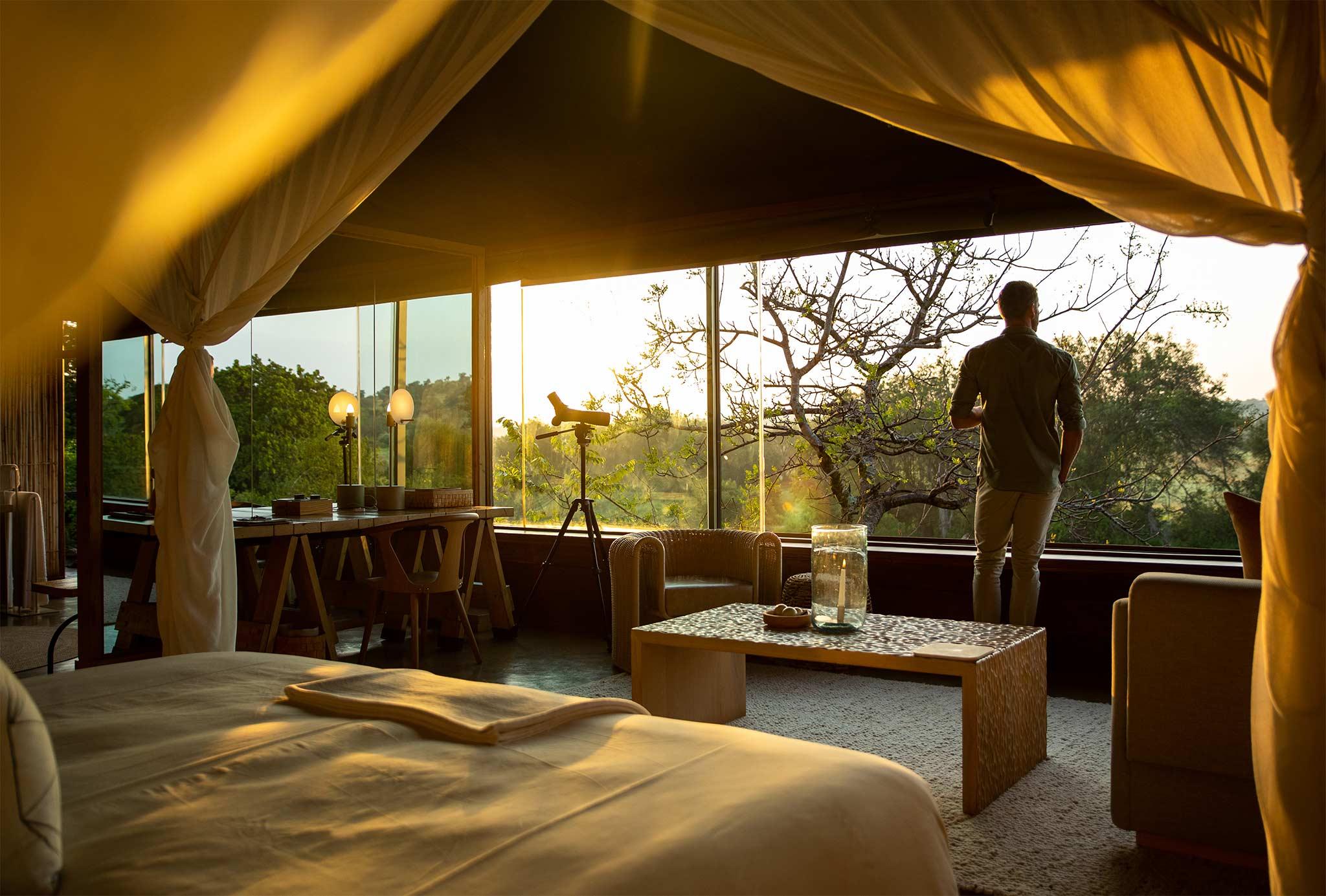 Hombre mirando la vista desde un safari lodge en África