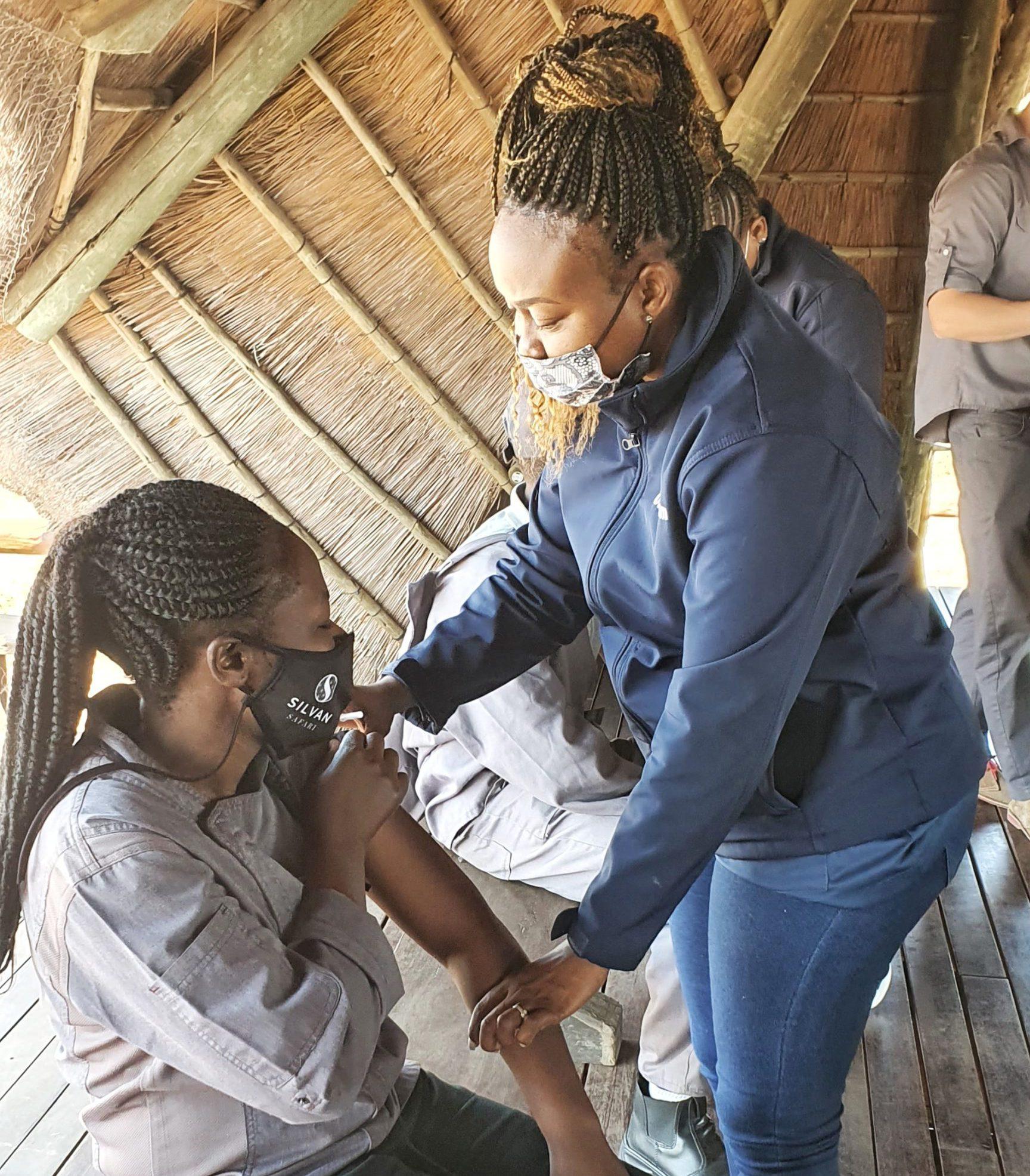 El asistente de cocina de Silvan Safari recibe la vacuna