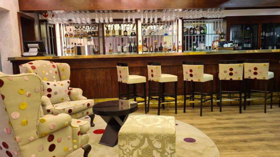 A atmosfera elegante e colorida do Martini Bar