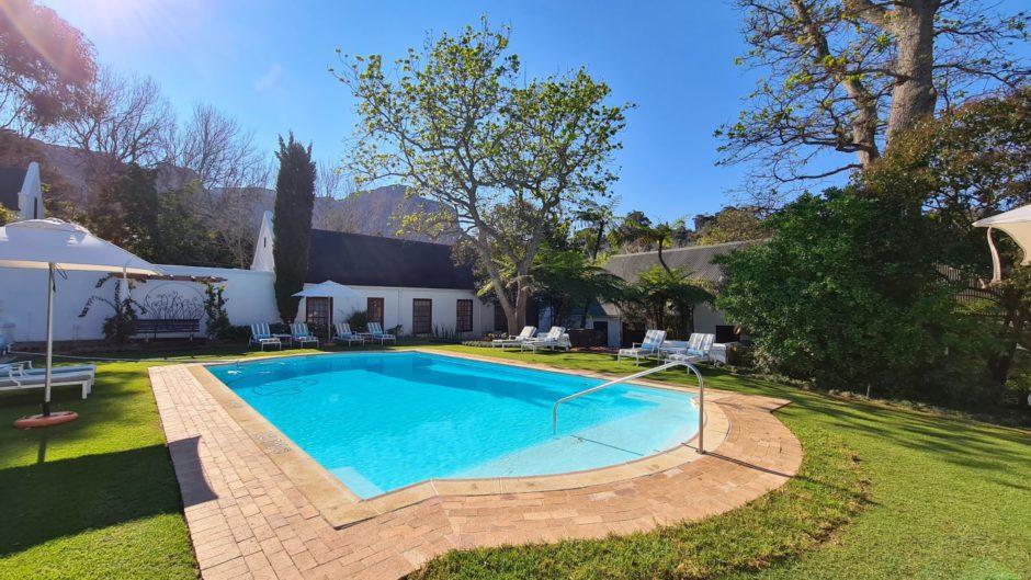 Uma das duas piscinas aquecidas para relaxar no meio da natureza exuberante